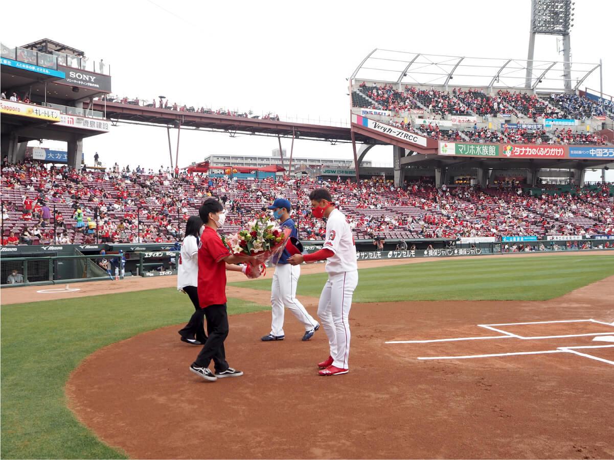 トータテハウジング社員2名より、各球団の代表選手へ花束を贈呈しました。